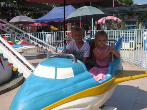 Isaac och Annie flyger flygplan