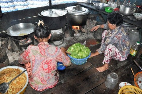 Skollunchen tillagas i det pyttelilla köket i ett hörn av skolbåten