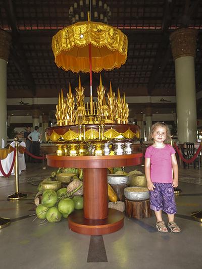 Hej då, Sokha! Vi lämnar lagom tills hotellet svämmar över av gäster som ska fira khmer-nyåret!